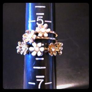 Jewelry - Set of three daisy rings